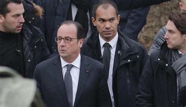 O presidente da França, François Hollande (C), esteve no local logo após o ataque, - Foto: Christian Hartmann l Reuters