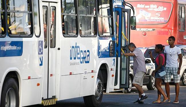 Os novos ônibus (nas cores azul, vermelha e amarela) só chegaram às ruas nesta sexta - Foto: Raul Spinassé | Ag. A TARDE