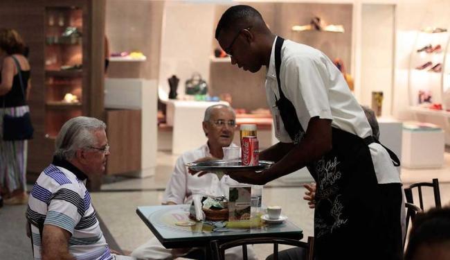 Segmento que mais deve abrir postos de trabalho é o de bares e restaurantes - Foto: Raul Spinassé | Arquivo A TARDE