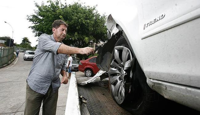 O corretor de imóveis Genário Oliveira teve o carro roubado quando chegava em casa, no Imbuí - Foto: Raul Spinassé l Ag. A TARDE