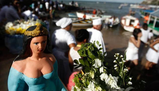 Segundo biólogo, fiéis devem jogar flores naturais - Foto: Raul Spinassé | Ag. A TARDE
