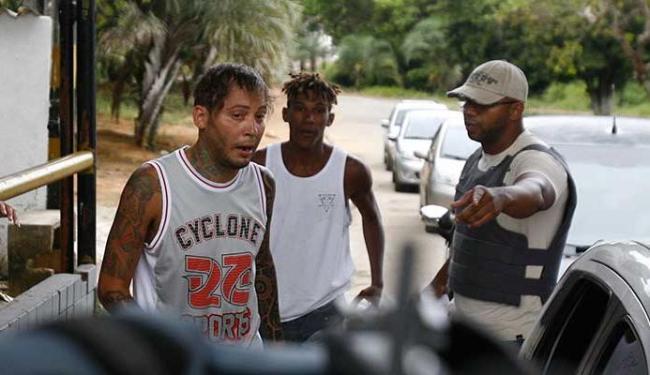 Policial indica para o cantor que ele está livre - Foto: Fernando Amorim | Ag. A TARDE