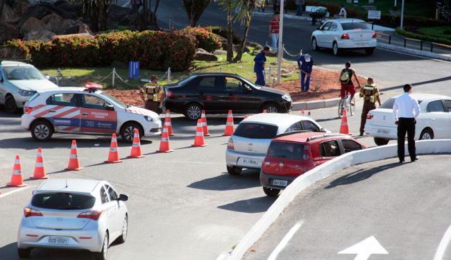 Agentes da Transalvador orientam os motoristas sobre as mudanças - Foto: Edilson LIma   Ag. A TARDE