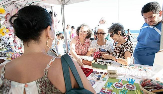 Público observa as peças de artesanato expostas neste domingo, 11, em feira realizada na Barra - Foto: Mila Cordeiro l Ag. A TARDE
