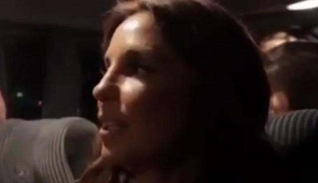 Cantora faz a 'performance' numa van com outras pessoas - Foto: Reprodução