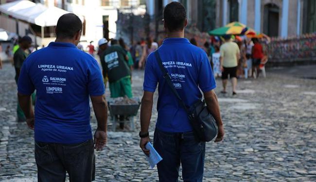 Fiscalização da Limpurb aconteceu no Pelourinho na quarta e na Barra nesta quinta - Foto: Joá Souza   Ag. A TARDE   28/01/2015