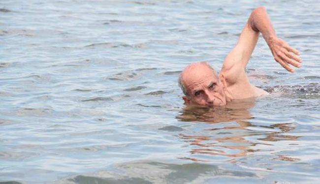 Tosta exibe a sua técnica na Praia da Ribeira, onde aprendeu a nadar - Foto: Edilson Lima   Ag. A TARDE