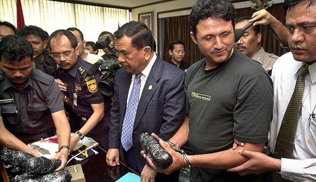 Marco Archer (C) foi preso em 2004 ao entrar no país com mais de 13kg de cocaína - Foto: Bay Ismoyo l AFP