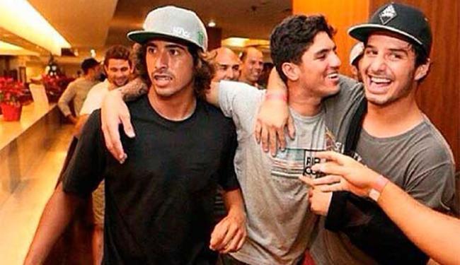 Numa rede social, Medina (centro) postou foto com Miguel Pupo (E) e Ricardo (à direita) - Foto: Reprodução   Instagram Gabriel Medina