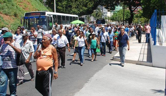 Grupo de funcionários protestaram pedindo reajuste no valor pago aos profissionais no Carnaval - Foto: Jeremias Silva | Divulgação Sindseps
