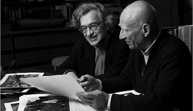 Sebastião Salgado e Wim Wenders durante processo do criação do documentário - Foto: Divulgação