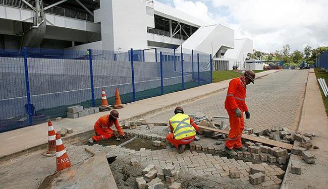 Operários iniciaram, na manhã deste sábado, as obras na pista de acesso à estação do Retiro - Foto: Luciano da Matta l Ag. A TARDE
