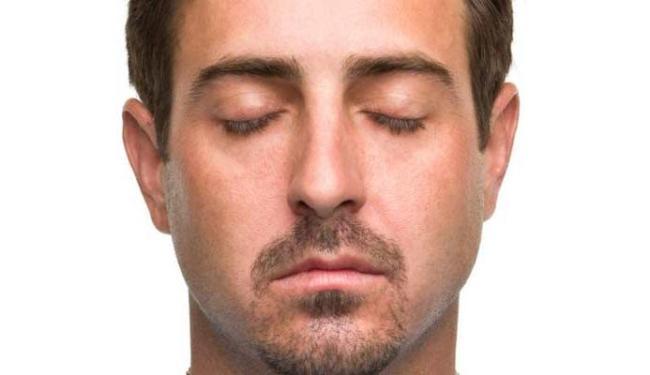 Olhos fechados acabam ajudando na memória - Foto: Divulgação