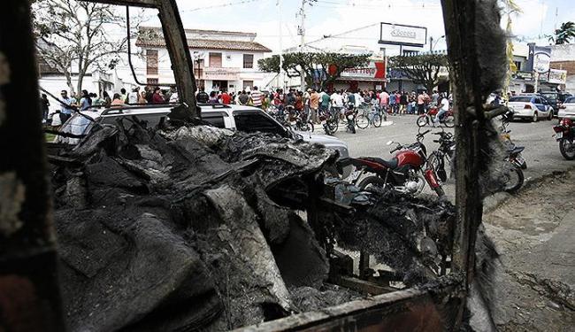 Um ônibus, 30 motos e 18 carros foram incendiados durante protestos em julho de 2014 - Foto: Luiz Tito l Ag. A TARDE l 17.7.2014