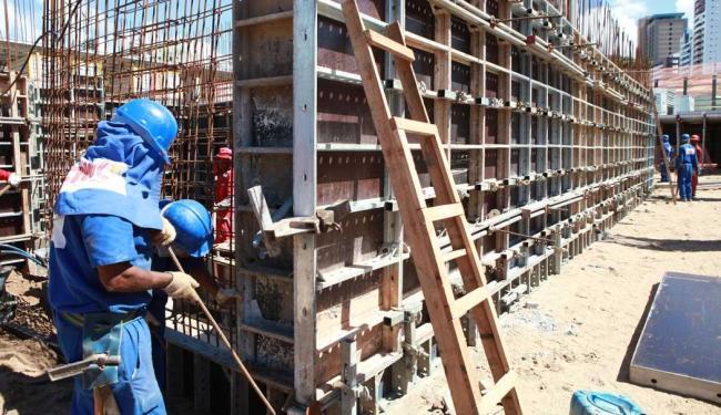 Entre janeiro e novembro de 2014, a contratação de mão de obra na construção civil caiu 0,14% - Foto: Marco Aurélio Martins   Arquivo   Ag. A TARDE
