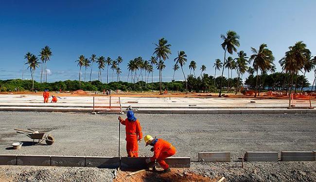 Operários trabalham na área que tem de 10 a 12 mil m² - Foto: Fernando Vivas l Ag. A TARDE
