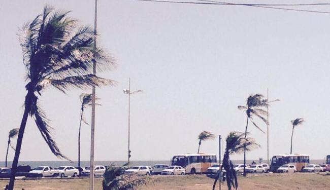 Na foto, orla de Jaguaribe engarrafada. Congestionamento vai até Stella Mares - Foto: Cida Bastos | Cidadão-Repórter