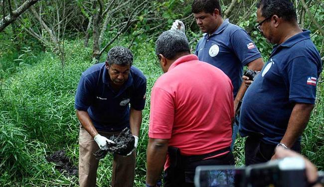 Ossada foi desenterrada pela polícia na manhã desta sexta-feira, 16 - Foto: Luiz Tito | Ag. A TARDE