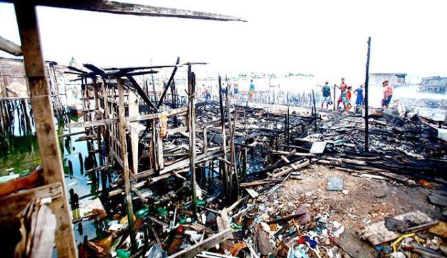 Mais de 200 famílias foram prejudicadas pelo incêndio - Foto: Edilson Lima | Ag. A TARDE