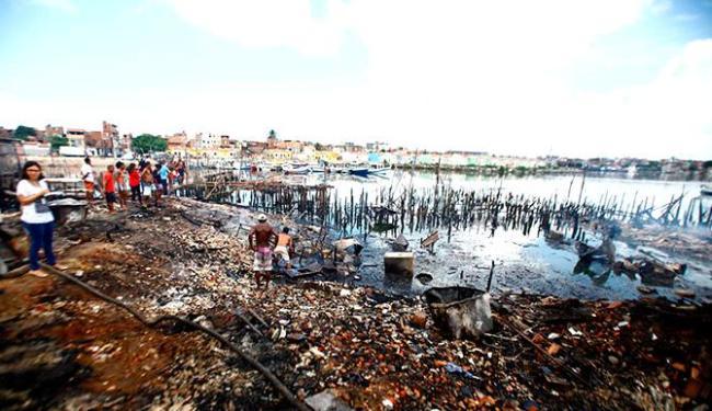 Incêndio destruiu dezenas de palafitas na comunidade da Baixa do Petróleo - Foto: Edilson Lima | Ag. A TARDE