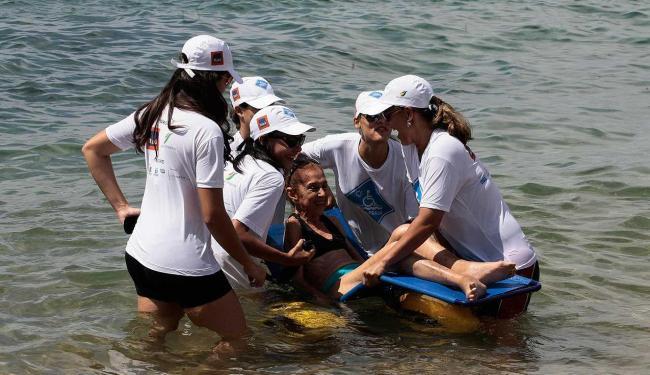 Iniciativa que viabiliza banho de mar para deficientes será realizada em Ondina e Ribeira - Foto: Mila Cordeiro | Ag. A TARDE Data: 25/01/2014