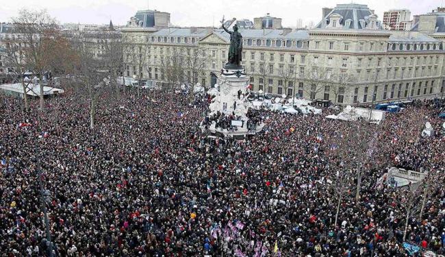 Uma visão geral mostra Centenas de milhares de pessoas reunidas na Place de la Republique - Foto: Youssef Boudlal   Agência Reuters