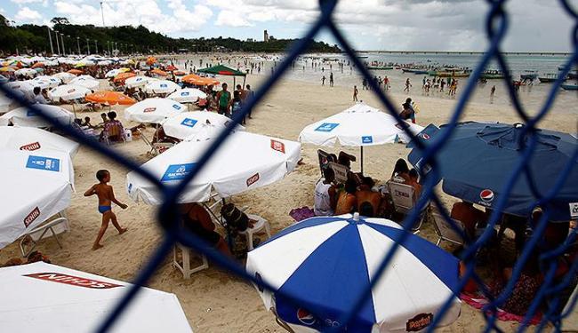 Apesar de separados por alambrado, banhistas curtem o domingo de sol na praia de São Thomé de Paripe - Foto: Fernando Vivas | Ag. A TARDE