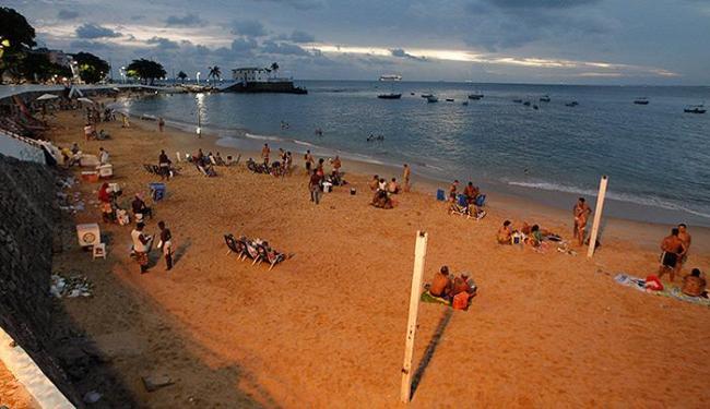 A praia do Porto da Barra é uma das mais procuradas na capital, mesmo após o pôr do sol - Foto: Margarida Neide | Ag. A TARDE