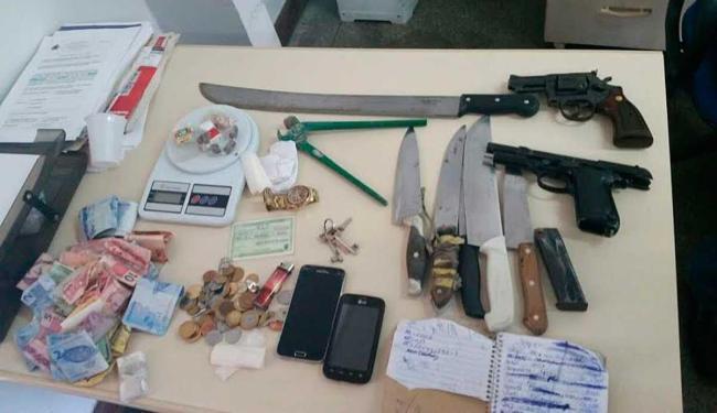 Policiais apreenderam, com os suspeitos, armas de fogo, balança de precisão, drogas e dinheiro - Foto: Divulgação | Polícia Militar da Bahia