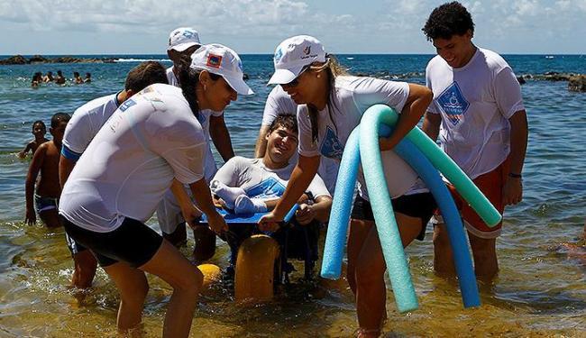 O banho de mar assistido, pelo Para-Praia, é gratuito e acontece na praia de Ondina até o dia 18 - Foto: duardo Martins l Ag. A TARDE