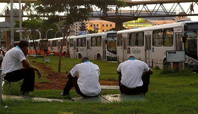 Rodoviários enfileiram ônibus na Av. ACM em protesto contra agressões sofridas - Foto: Eduardo Martins | Ag. A TARDE