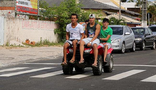 Veículo automotor é utilizado como diversão em condomínio, em Guarajuba - Foto: Joá Souza | Ag. A TARDE