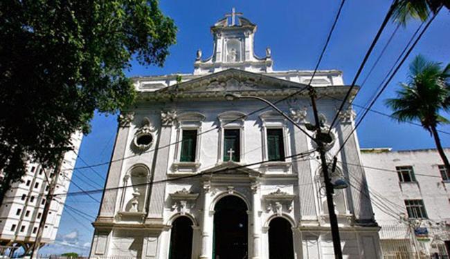Fachada da igreja branca com frontão triangular greco-romano sobre colunas - Foto: Divulgação | Iphan