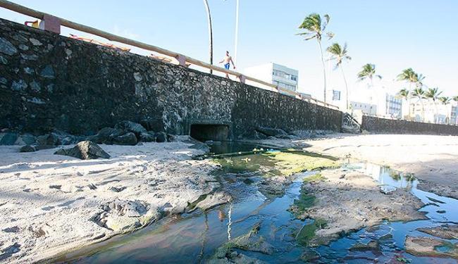 A água do esgoto cai na areia e escorre até a praia - Foto: Joa Souza l Ag. A TARDE