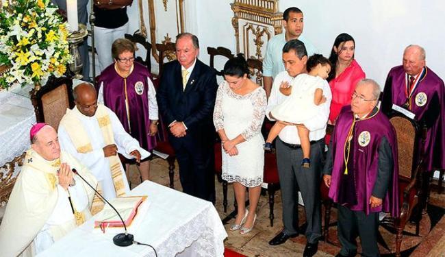Rui celebrou a missa junto com primeira dama do Estado, Aline Peixoto, e os 3 filhos - Foto: Mateus Pereira   GOVBA