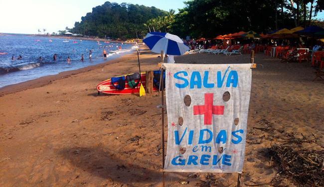 Faixas e cartazes sobre a paralisação estão espalhados pelas praias - Foto: Iracema Chequer | Ag. A TARDE