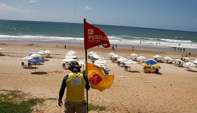 Bandeira vermelha é afixada por guarda-vidas, na praia do Corsário, indicando que o mar está revolto - Foto: Marco Aurélio Martins | Ag. A TARDE
