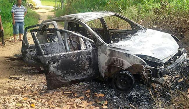 Carro roubado do policial foi queimado pelos bandidos - Foto: Reprodução | Bahia Dia a Dia