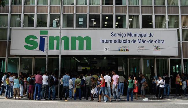 As senhas são distribuídas a partir das 6h30 - Foto: JOÃO ALVAREZ | Ag. A TARDE