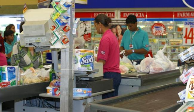 Há vagas para operador de caixa, repositor, ajudante de açougueiro, entre outras - Foto: Iracema Freire | Ag. A TARDE | 15/07/2005