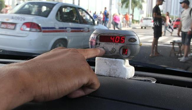 Novo valor passa a valer apenas nos veículos que já tiverem feito alteração no taxímetro - Foto: Joá Souza | Ag. A TARDE