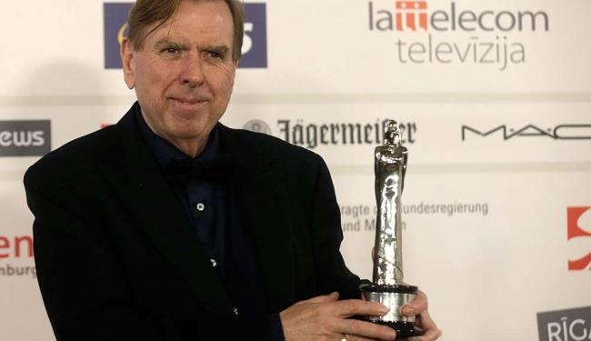 Timothy Spall com o troféu de melhor ator após a cerimônia European Film Awards - Foto: Ints Kalnins | Agência Reuters