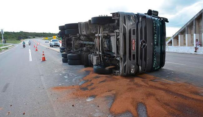 Carreta tombou após motorista perder o controle da direção - Foto: Divulgação | Blog do Anderson