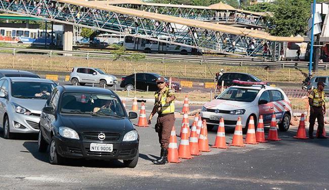 Agentes tiveram muito trabalho para tentar organizar o trânsito - Foto: Edilson Lima | Ag. A TARDE