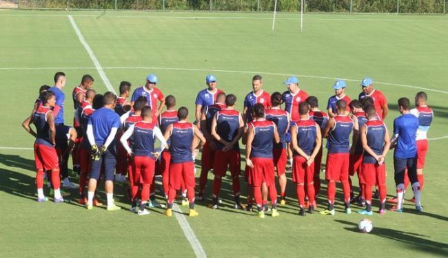 Antes do treino, técnico Sérgio Soares conversa com atletas no CT de Mata de São João - Foto: Lucio Távora | Ag. A TARDE