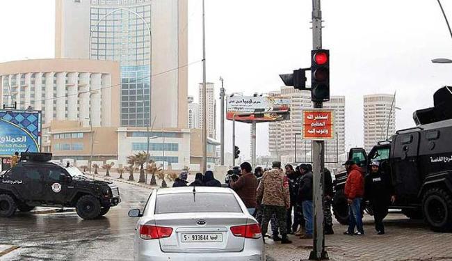 As forças de segurança cercam Corinthia hotel depois de um carro-bomba em Tripoli - Foto: Ismail Zitouny   Agência Reuters