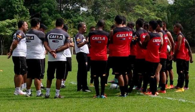 Drubscky (C) conversa com jogadores antes do treino - Foto: Divulgação l E.C. Vitória