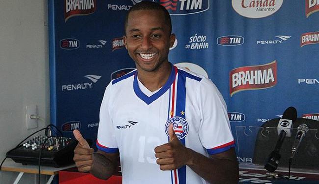 Novo reforço, Williams posa com a camisa do Bahia - Foto: Divulgação l EC Bahia