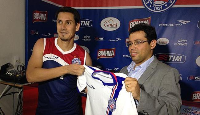 Adriano Alves (E) recebe camisa do vice-presidente Pedro Henriques - Foto: Divulgação l E.C. Bahia