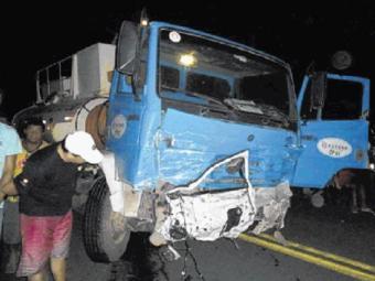 Porta de carro foi arrancada e ficou presa no caminhão após batida - Foto: Reprodução l Edvaldo Alves l Liberdadenews
